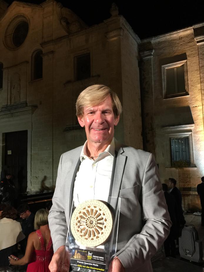 Addy van den Krommenacker met zijn award in Italië.
