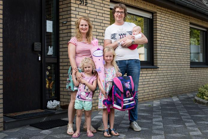 Dilana Adema (6) is een Nederlands meisje dat donderdag voor het eerst in Duitsland naar school gaat. v.l.n.r Danielle, Dewi, Dilana, David en Demira.