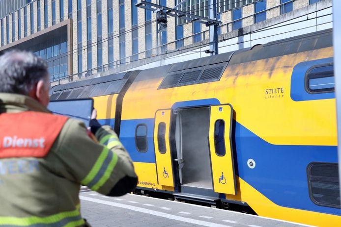 Rook bij de brand in het treinstel op Arnhem Centraal, vrijdagmiddag.