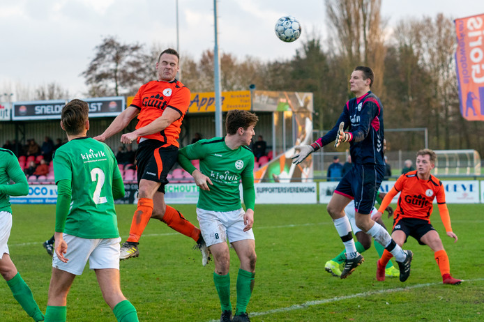 Emile Lieuwen 'hangt' en knikt schitterend de 4-1 binnen voor De Bataven tegen Heino
