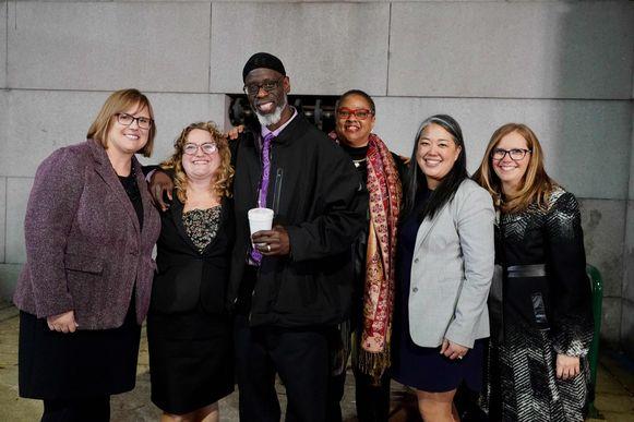 Ransom Watkins met enkele leden van de 'Mid-Atlantic Innocence Project' na zijn vrijlating