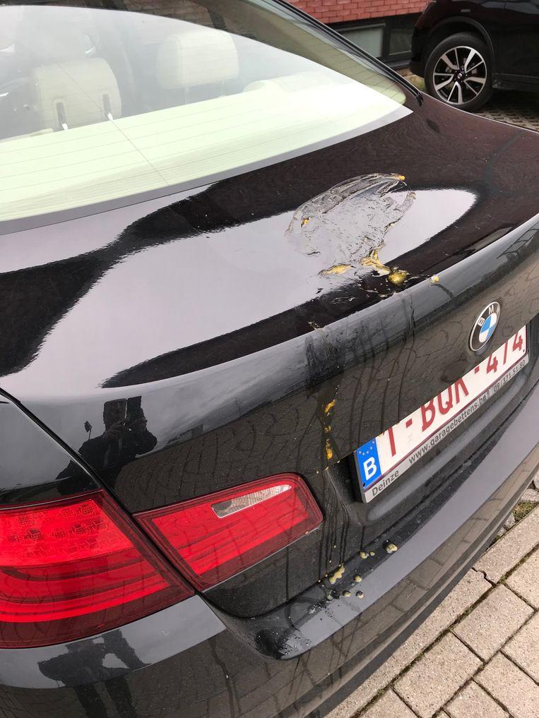 De besmeurde auto van Filip Vervaeke.