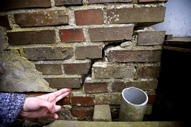 Een scheur in de muur van een woning in het Groningse Leermens. Na de aardbeving in het noorden van de provincie zijn er tientallen meldingen van schade in en om het huis gemeld. Beeld anp