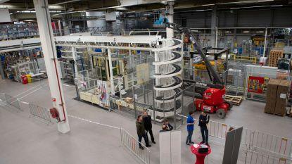 Werknemers Total-fabriek tonen hun werkplaats