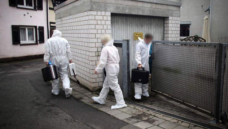Forensische onderzoekers verlaten een garage in Midden-Duitsland, waar lichaamsdelen werden gevonden.