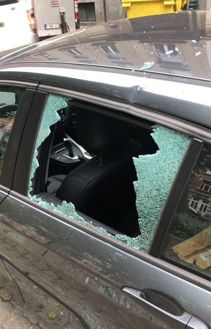 De ramen van haar wagen werden op korte tijd twee keer ingeslagen.