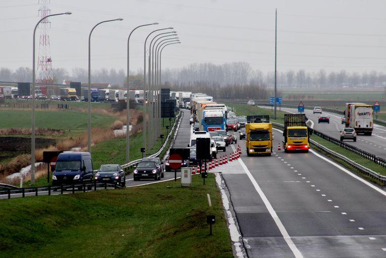 Doordat al het verkeer van de snelweg moet in Oostduinkerke is een file ontstaan tot in Nieuwpoort.