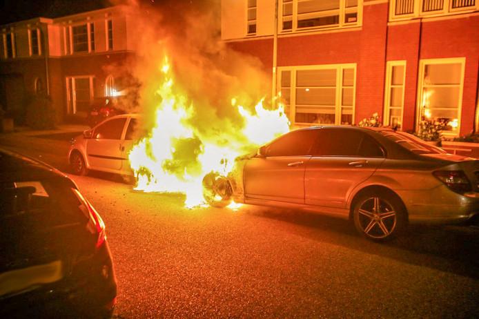 Twee auto's uitgebrand in Helmond, vermoedelijk brandstichting