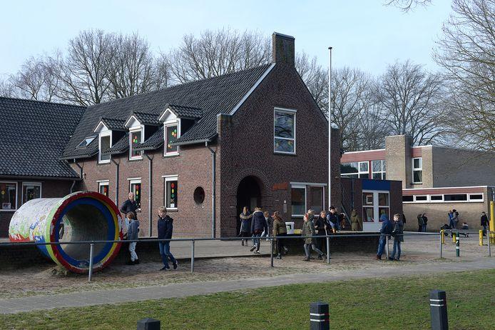 De school in Overloon is versleten. Er komt een nieuwe op de huidige plek.