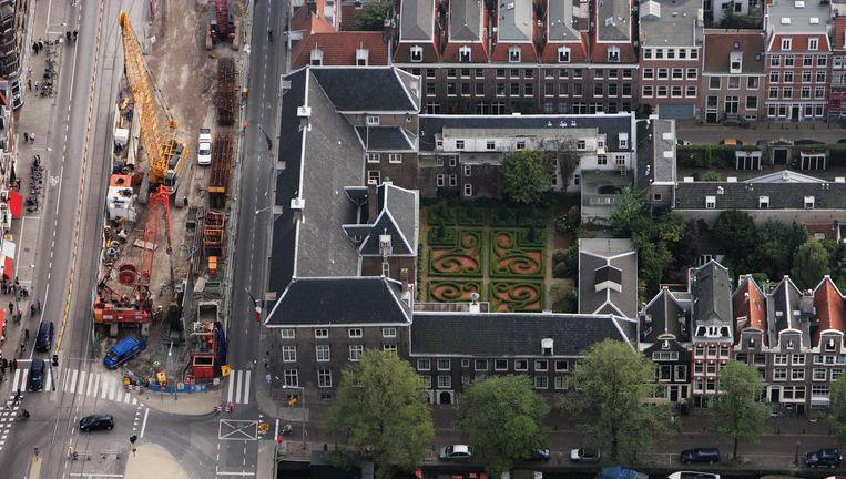 Hospice Wallon langs Vijzelgracht en Keizesgracht op een foto uit 2011. In het midden de binnentuin van 2000 vierkante meter. Beeld Peter Elenbaas