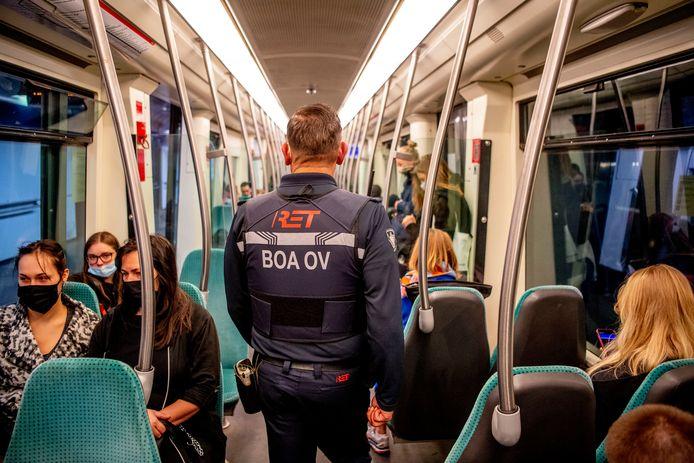 Het aantal spuugincidenten in de Rotterdamse metro, tram en bus is flink afgenomen sinds eind juni coronaspugers op een reisverbod voor het ov kunnen rekenen.