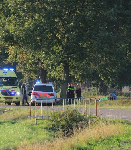 Motorrijder belandt in ziekenhuis na duik in sloot in Holten