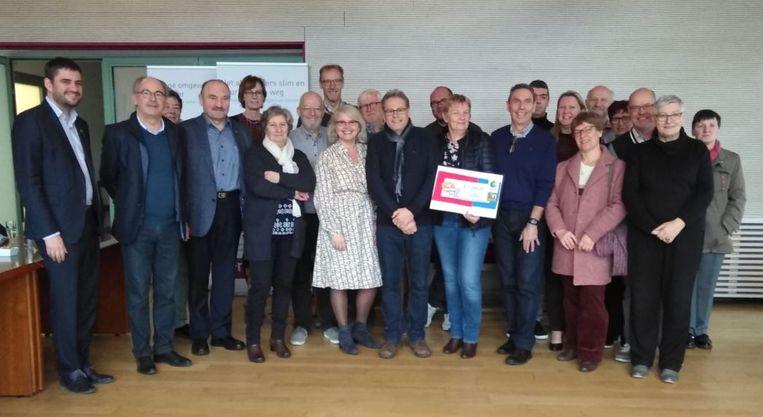 De gezinsbonden van Nazareth en Petegem overhandigden een cheque van 1.200 euro aan de organisatie 'Vlamingen helpen Tsjernobylkinderen'.