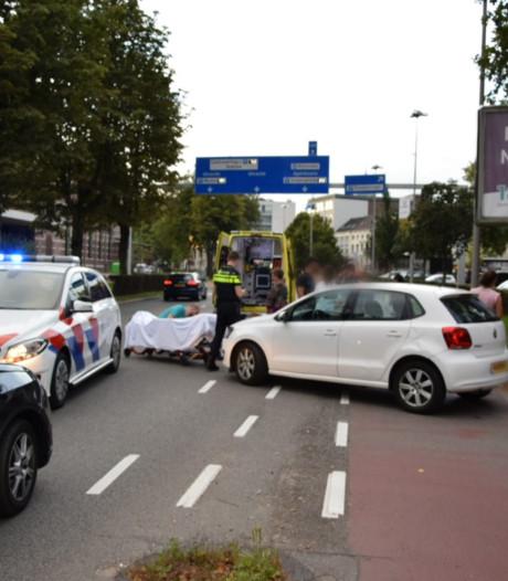 Gewonde bij botsing van fietsers met auto in centrum Arnhem
