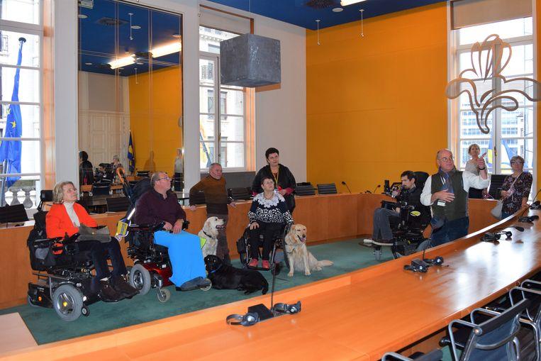 Rolstoelgebruikers bezoeken het Brussels Parlement