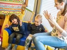 Zwolse peuters leren liedjes met nieuw gebarenboekje: 'Goed voor taalgevoel'