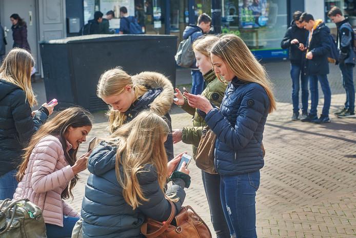In het autovrije deel van het Osse centrum zijn jongeren aan de slag met de ResourCity-app.