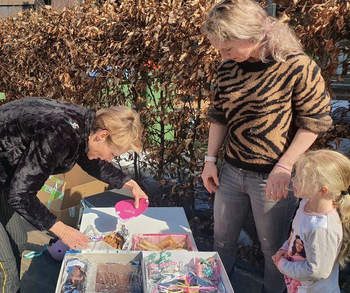 Bewoners van de Oranjeboomstraat brengen lekkers bijeen voor de mensen in het ziekenhuis