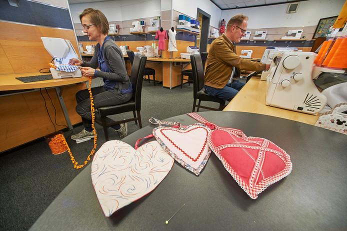 Bij Rijkers naaimachines is men hartjes aan het maken die naar verzorgingshuizen worden gebracht om mensen daar een hart onder de riem te steken. Leo Rijkers en medewerkster Jolanda Mostert zijn al druk bezig.