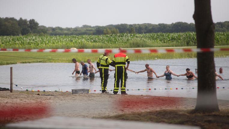 Foto van de zoekactie naar de verdronken jongen op een camping in Chaam (Nederland).