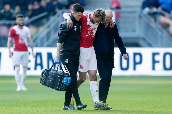 Willem Janssen verlaat geblesseerd het veld tegen Vitesse.