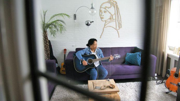 Denise zoekt na het thuiswerken ontspanning door muziek te maken in Eindhoven.