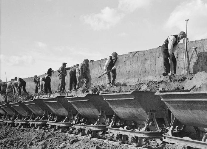 Tewerkgestelden werken aan het kanaliseren van de Maas in de jaren dertig van de twintigste eeuw.