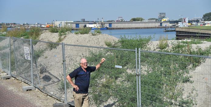 Arie van Lomwel bij de zandhoop aan de Piet Heinkade in Vlissingen.