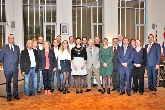 De nieuwe gemeenteraad van Loon op Zand. Op de foto ontbreekt alleen Dana Pollaert-Veltman van het CDA.