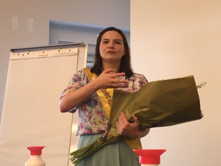 Studente van het Jaar 2020 Nicky Vandeghinste (26) kreeg een boeket bloemen, al was dat door de coronamaatregelen niet peroonlijk uit handen van de schepen.
