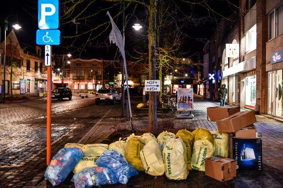 """Papier, verloren PMD-zakken en een boel gele huisvuilzakken. """"De inwoners zijn kwaad om de gang van zaken van de voorbije weken en ze hebben nog gelijk ook"""", liet schepen van milieu Marius Meremans."""