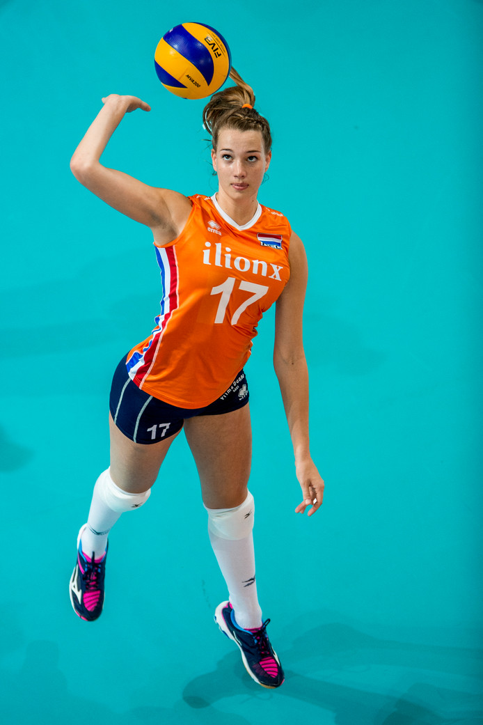 Nicole Oude Luttikhuis serveert namens Oranje.