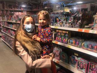 """Stormloop op Gouden Kruispunt blijft uit, al slaan enkelen nog snel wat speelgoed in: """"Ik zoek iets om dochter tijdens verlengde vakantie mee bezig te houden"""""""