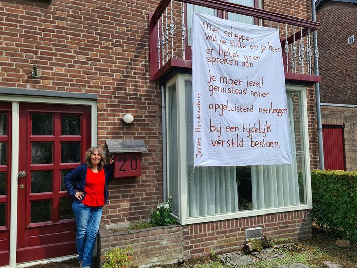 Jeanine Hoedemakers maakt de straat vrolijk met haar balkongedichten.