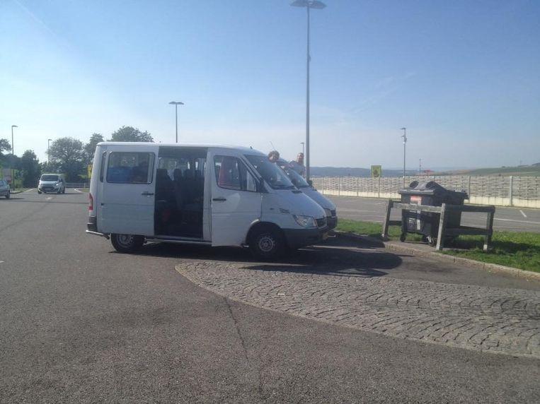 De twee busjes waarmee de Nederlandse vrijwilligers vluchtelingen vervoeren. Beeld VluchtKonvooi