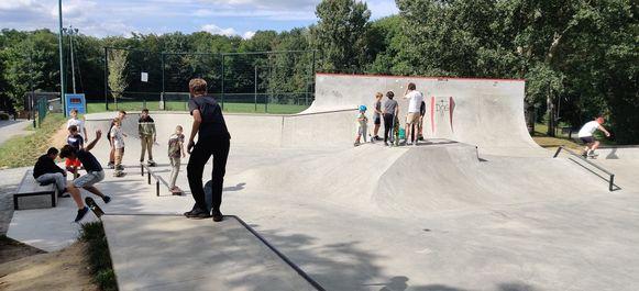 Bewakingscamera's (links op foto) moeten de overlast op het skatepark in Overijse wegwerken.