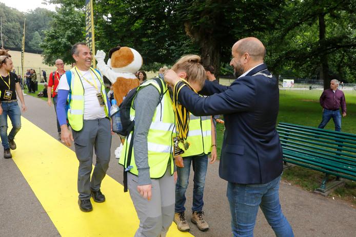 Bij de finish van de Nacht van de vluchteling van vorig jaar werden de lopers in Arnhem onthaald door burgemeester Marcouch.