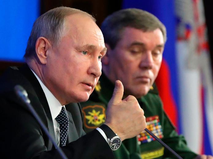 De Russische president Vladimir Poetin tijdens zijn gesprek met de Russische militaire leiders dinsdag in het nationale defensie-controlecentrum in Moskou.