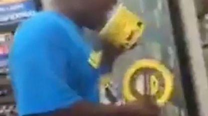 Copycatvideo opgedoken van man die in winkel aan doos ijs likt en die terug in rekken plaatst