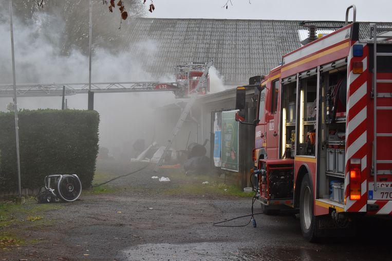 De brandweer had heel wat werk om de bran d onder controle te krijgen.