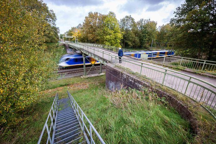 De ijzeren brug over het spoort bij Witte Paarden wordt vervangen.