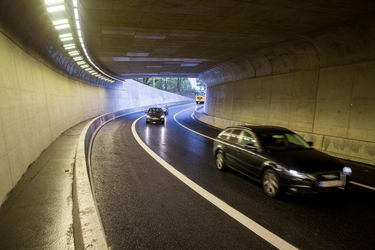 De ledlampen in de tunnel stemmen zich af op het licht buiten.