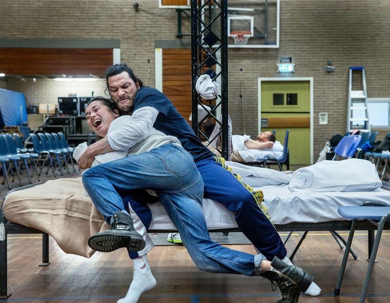 Birgit Schuurman en Poal Cairo oefenen de voorstelling. Beeld Jean-Pierre Jans