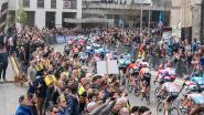 Wat een massa volk! Renners langs zee van toeschouwers op Oudenaardse Markt en op Kwaremont