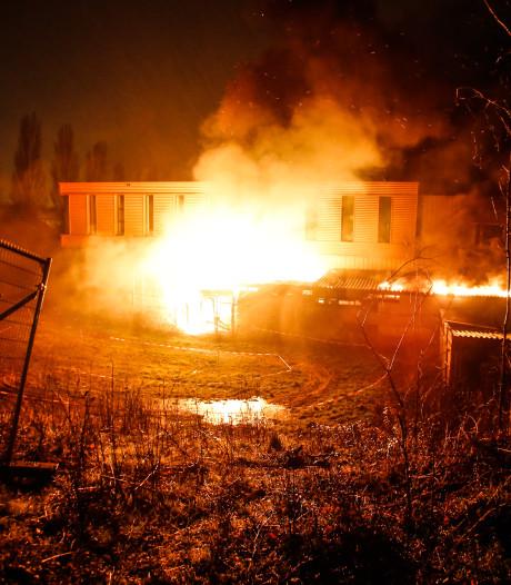 Houtopslag gaat in vlammen op, brandweer voorkomt dat vuur overslaat op naastgelegen school