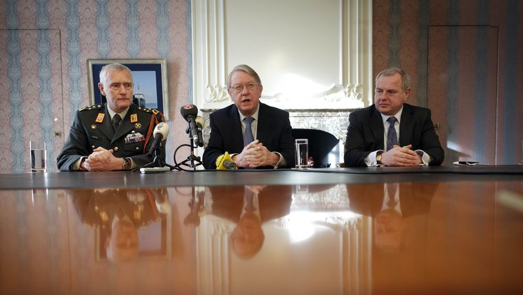 Archieffoto: Minister van Defensie Hans Hillen (midden) en generaal Peter van Uhm (links) op het Ministerie van Defensie in Den Haag. Beeld null
