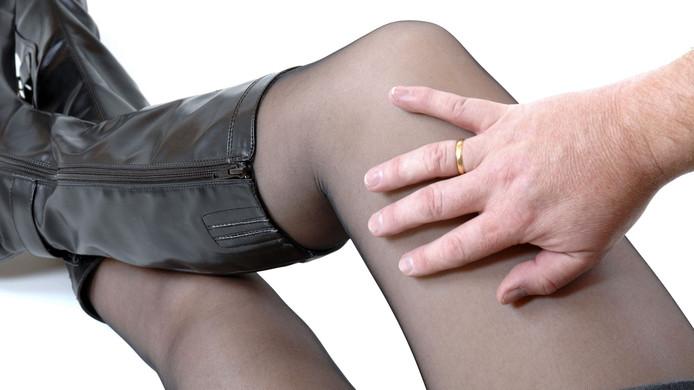 Hij zou onder meer gewreven hebben tussen haar benen. Foto ter illustratie.