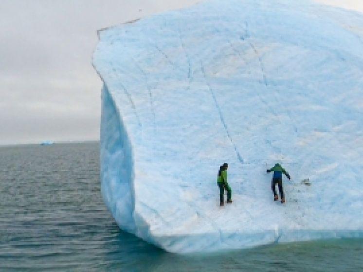 """Un iceberg se renverse pendant que Mike Horn et un autre explorateur l'escaladent: """"Une bêtise à 100%"""""""