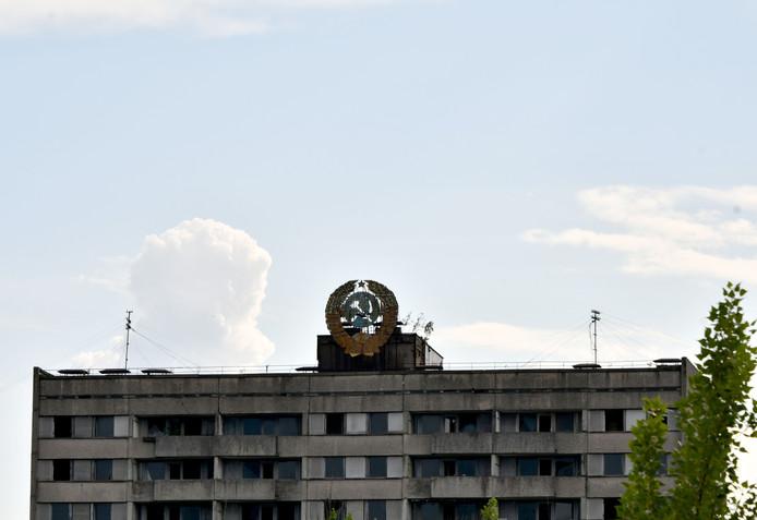 Het embleem van de Sovjet-Unie op een van de flats in het verlaten Tsjernobyl.