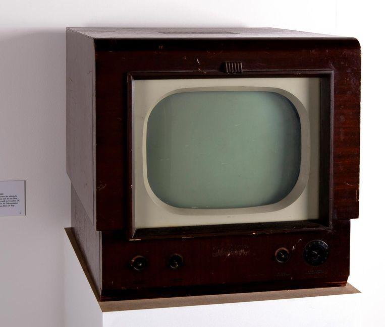 Het eerste tv-toestel van de familie Scorsese, aangeschaft omstreeks 1948. De zwart-wit RCA Victor. Nagemaakt, speciaal voor de tentoonstelling. Maar enkel om het beeldformaat al intrigerend: een diagonaal van 40,64 centimeter (16inch). En behoorlijk vierkant. Hierop zag hij dus de hem vormende Italiaanse neorealistische klassiekers die op de Amerikaanse televisie vaak van een slechte kopie werden uitgezonden. Hij vergat ze nooit meer. Leuk weetje voor een cinefiele discussie over beeldformaat. Beeld null